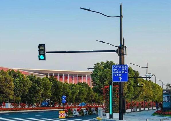 路灯交通灯综合一体杆
